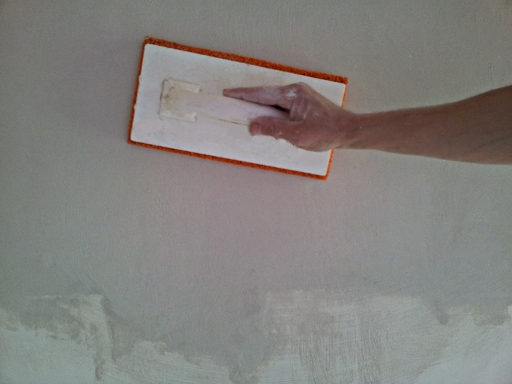 Comment r ussir une retouche de pl tre reussir ses travaux - Enduit de lissage au rouleau pour plafond ...