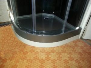 Masquez facilement le bas d 39 une cabine de douche quart de - Installer evacuation douche ...
