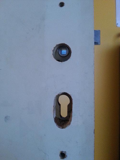 Installer une serrure barillet sur une porte int rieure for Reparer un trou dans une porte